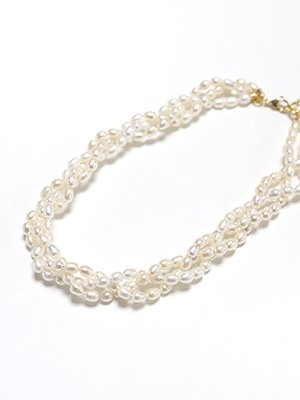 Triple knoted pearl necklace
